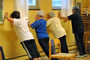 Stående armhävningar mot väggen var ett av inslagen i träningspasset.
