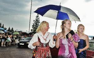 Hoppas på riktigt bra väder gör säkert Sara Åhlberg, MP3 och Evelina Rapp, OP3. Här anländer till studentbalen i Tällberg.FOTO: BOEL GERM