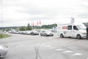 På grund av olyckan bildades en lång bilkö i Norrgående riktning på E4:an.