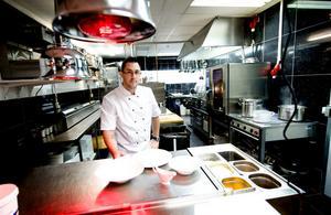 Köksmästaren Jonatan Nellfors visar upp Liljans totalrenoverade kök där halvfabrikat numera är bannlyst.