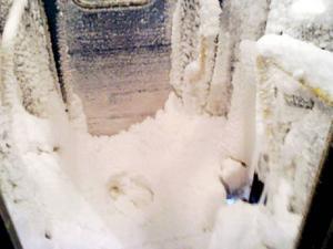 Utrymmet mellan tågvagnarna liknade en igloo. Passagerare fick klättra på is om de ville ta sig till nästa vagn.