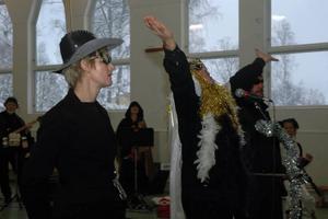 DIVA. Rymdstjärnan Aria Staccato (Torbjörn Pettersson) bjuder på ett nummer omgiven sina livvakter - Malin Svensson och Seth Lindell.