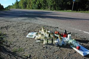 OLYCKSPLATSEN. En 25-årig man från Örbyhus avled efter att ha kört in i en polisbil. Polisen dömdes på fredagen i Svea hovrätt för vållande till annans död.