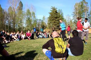 Runt åttio personer kommer för att testa träning i hinderbanan tillsammans med andra.  Henrik Josefsson från Tough Race Sweden är ledare.