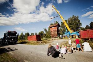 Gårdagens flytt av det gamla vattentornet i Trångsviken lockade såväl gammal som ung. Men det blev en flytt som drog ut på tiden. Det var mycket som skulle stämma för att tornet skulle komma på plats.