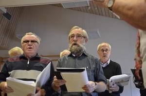Social sång. Egil Hansson och Ove Nordström gillar skarpt att att sjunga i Pro Norakören. Gemenskapen är en stor del i det.