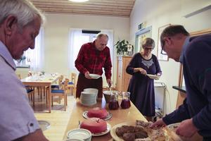 Besökarna Roger Elofsson och Gerd Åsentorp fyller sina tallrikar med Ris à la Malta.
