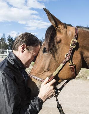 Per Linderoth är märkbart rörd när han åter får känna Ariel Bokos varma mule.
