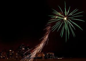 Fyrverkerier lyste upp staden under nyårsaftonens kväll.