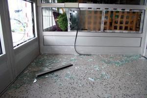 Ett inbrott alternativt inbrottsförsöka har gjorts mot apoteket i Timrå under helgen. Polisen hade inga uppgifter under gårdagen om vad som skett. Den eventuella tjuven eller tjuvarna har slagit sönder rutan till entrédörren på centrumhuset och sedan krossat en ruta in till apoteket.