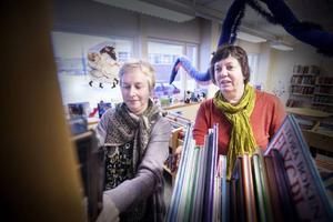 Britt Inger Ross (till vänster) och Eva Thelin (till höger) hoppas på att biblioteket kommer vara mer av en mötesplats för många fler olika typer av kulturevenemang i framtiden.