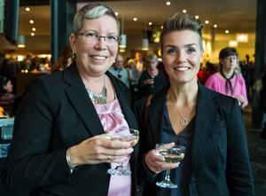 Katarina Westman blev överraskad med biljetter till Lena Philipsson av vännen Maria Hjortenstam, båda från Skinnskatteberg.
