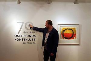 Jimmy Dahlberg har varit curator för utställningen på Ahlbergshallen. Här i fingerad actionpainting med NUG:s sprayflaska bredvid Bram Bogarts gouache