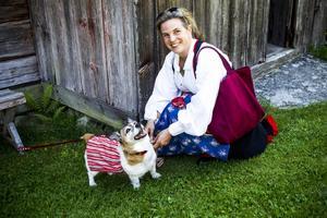 Lillebi Taittinger och hunden Polka hade en varsin folkdräkt.