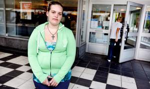 Jessica Hjorths sjukpenning drogs in, eftersom hon inte anmälde sig på arbetsförmedlingen samma dag som hon opererades. Men på tisdagen skrevs hon ut. De första veckornas ersättning mister hon, men nu kan hon anmäla sig på Arbetsförmedlingen.
