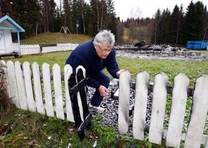 """Tord Edler mår dåligt efter händelserna i somras då hans villa i Kaxås brann ned under mystiska omständigheter. """"Det är märkligt att även gräsklipparen som stod vid staketet har brunnit. Det är ju ändå en bra bit från huset. Det är en anledning till att jag tror att någon tänt på eftersom det brunnit på olika ställen"""", säger Tord Edler.   Foto: Jan Andersson"""
