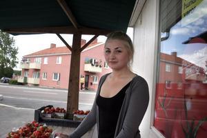 Gabriella Holmgren, som själv gick på Backens skola, tycker att allt försvinner från Harmånger.