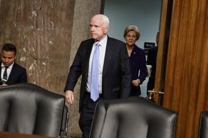 Senator John McCain, R-Ariz, följd av  Elizabeth Warren,  anländer till  Capitol Hill in Washington för att delta i förhören.