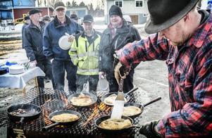 Bosse Lindgren var med och drog i gång det jämtländska nationaldagsfirandet i Rissna för 20 år sedan. I år stekte han kolbullar.