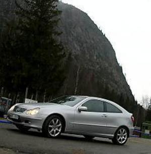 Foto: OLLE HILDINGSON Lågt och högt. Mercedes eleganta och låga sportkupé på parad med det höga och vresiga Skuleberget som bakgrund.