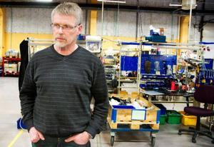 """Sedan 40 år tillbaka har elrullstolar tillverkats i Svenstavik. Nu flyttar företaget Permobil delar av sin produktion utomlands. Men flytten oroar inte Samhall i Svenstavik. """"Det kommer inte bli något problem att hitta sysselsättning"""", säger Åke Falk, produktionsansvarig."""