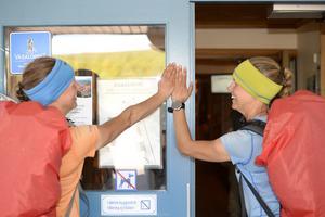 Linnea och Erika Nilsson-Waara i mål efter 138 mils vandring.