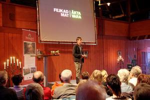 Det var fullsatt inne på träteatern när journalisten och författaren Mats-Eric Nilsson föreläste om matfusket med tillsatser och få naturliga ämnen.