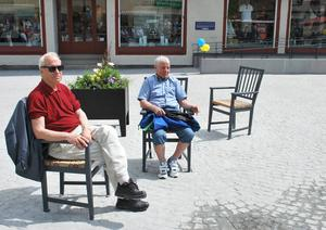 Tre bekväma och vädertåliga Leksandsstolar har placerats ut på Z-Torget. Ingemar Bergmark och Ivar Sjöberg gav båda tumen upp.