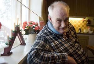 Gösta Olofsson har fotfarande problem med sina ben. Men lite julstök hemma i köket i Svenstavik har han orkat med.