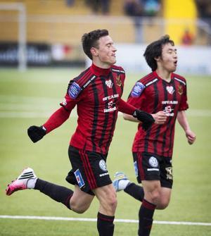 Jamie Hopcutt firar ett av sina två mål mot Jönköping tillsammans med Seon-Min Moon.
