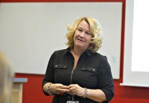 Viktigt instrument. Landstingets nytillträdda kommunikationsdirektör Monika Samuelsson ser medarbetarenkäten som ett viktigt instrument för utveckling. Hon lyfter fram kommunikationen mellan chefen och medarbetaren som särskilt viktigt.