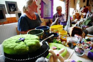 Inomhus var det marknad. Berit Martinssons tårtor och godisbitar av tovad ull är tänkta som leksaker, men många köper dem som prydnad. Utmärkelsen Årets tårta gick så klart till en ätbar sådan, bakad av Annika Svensson från Ismundsundet.