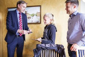 – Med den här kan du visa vad du har gjort, och framför allt varför, säger Jürgen Lorenz från brandskyddsföreningen Gävleborg när har lämnar över plaketten till Hanna Johansson.