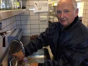 På förmiddagen placerades en stor kommunal vattentank utanför dörrarna till Åshamra. Dit kunde allmänheten komma för att hämta dricksvatten. En av de som tog sig dit med hink och flaskor var Hammerdalsbon Lars Olov Nilsson.