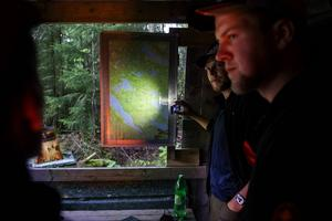 Mattias Jonsson står vid kartan och visar hur det brukar se ut när de lägger upp jaktdagarna.