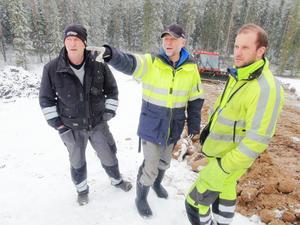 Ingemar Nilsson, Roger Hedlund och Daniel Nilsson resonerar kring hur jobbet ska läggas upp.