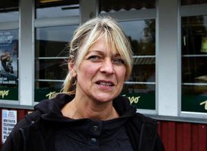 Kristina Ulin från Indal berättar att den där måndagsmorgonen för tio år sedan var hon orolig för sin då 12-åriga dotter som en gång i veckan reste till just Lidens skola.– Det var otroligt hemskt. Och jag minns att jag mötte hur många ambulanser som helst på vägen hit till Indal, berättar hon.