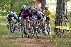 Den snäva startkurvan ställde till problem för många av åkarna. Slutsegraren Magnus Darvell, i gul ledartröja, avvaktade startrusningen in i kurvan innan han satte tryck på pedalerna.