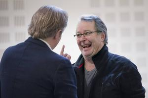 Göran Ragnerstam, som spelar Ofelias far Polonius, och Dramatenchefen Eirik Stubø hälsar glatt på varandra innan kollationeringen börjar.