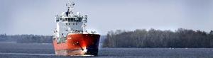 Skråmor i fören... Ammoniakfartyget Coral Ivory lämnade i går Köping med lots på bryggan. Om tio dagar är fartyget tillbaka med 4 000 ton ammoniak i lasten. FOTO: LENNART LJUNG