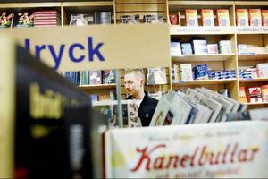 Johan Larsson hyllar de nya interaktiva böckerna. Ett exempel är årets storsäljare Fågelsång och