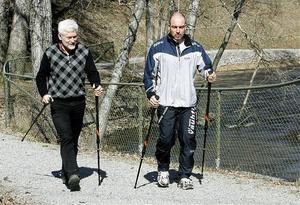 PeO Axelsson och Göran Wikström är överens om att hela kroppen kommer med i stavgången på ett annat sätt med Bungypump jämfört med traditionella stavar.