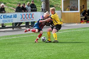Heby AIF:s Jonas Ahlin tar sig en svängom med en Selångerspelare. Foto: Niclas Bergwall