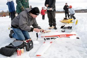 Nils Elf från Säter och Södra Dalarnas Radioflygklubb, har satt på medar under flygplanet för att det ska kunna starta och landa på isen.