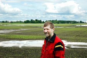 Blött. Mycket av sådden har gått förlorad på grund av allt regn och många bönder tvingas att så om. Bland andra så har spannmålsodlaren Lennart Palm fått delar av sin sådd ställd under vatten. På sina håll är det så blött i markerna att lantbrukarna inte kan komma ut med sina traktorer.