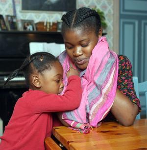 Framtiden är oviss för Lys Nsem och hennes dotter Jessica. Om tre månader ska Jessica få ett syskon. Lys har mött kärleken i Sverige.