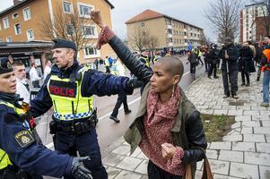 Människor protesterar mot nazistiska Nordiska motståndsrörelsens demonstration som tågade genom Borlänge på första maj