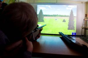 En av de yngsta att pröva simulatorn under invigningen i tisdags var Emil Öst, 7 år. Han testade att skjuta björn på 40 meters avstånd.