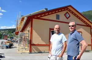 Restaureringen av stationshusets fasader kostar en hel del, men det är det värt, anser ägare Per Åke Kristiansson, till höger.