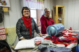 Hembygdsföreningens lotteri med Kerstin Tjärnberg och Christina Höglow vid lottrullan.